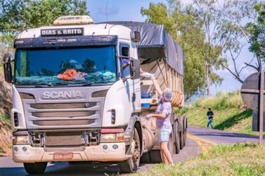 Moradores de Douradina distribuem marmitas para caminhoneiros na PR-082