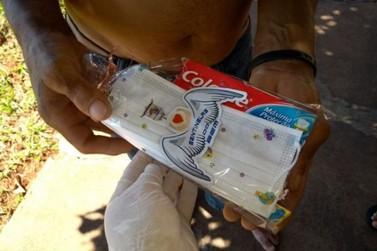 Voluntários distribuem kits de higiene e cachorro quente para moradores de rua