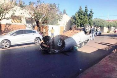 Colisão entre veículos seguida de capotamento fere grávida no centro de Goioerê