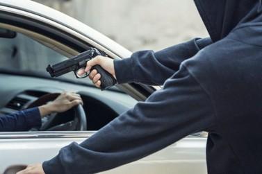 Dupla suspeita de roubos a pedestres é encontrada pela PM horas após crime