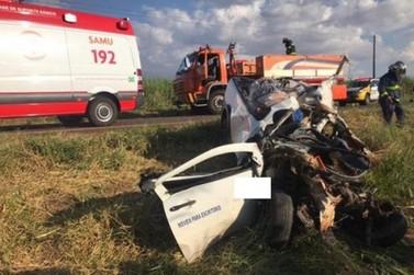 Acidente entre automóvel e caminhões mata jovem de Umuarama na PR-180