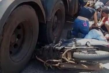Homem fica ferido após acidente entre caminhão e moto na PR-323