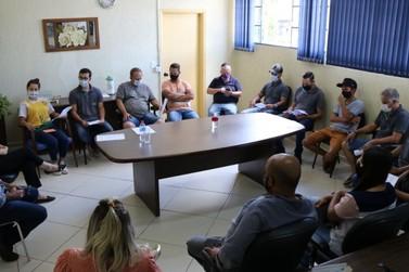 Prefeita recebe funcionários e representantes da Requinte durante manifestação
