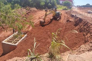Trabalhador é soterrado em desmoronamento na obra em frente ao Frigoastra; vídeo