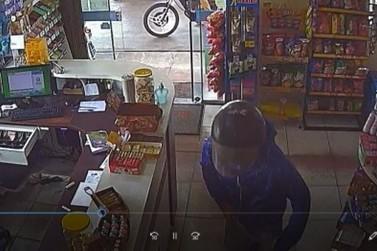 Vídeo mostra ladrão violento assaltando posto de combustível