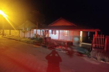 Homem é assassinado a tiros na porta de casa em Cruzeiro do Oeste