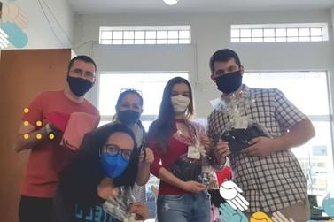 Movimento do Focolares confecciona kit de roupa para doação em Cruzeiro do Oeste