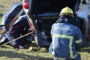 Acidente entre dois carros deixa cinco feridos na PR-580, em Umuarama; VÍDEOS