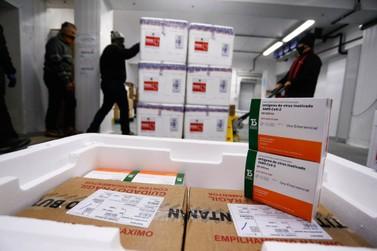 Saúde recebe mais doses e começa a distribuir 377,5 mil vacinas nesta quarta