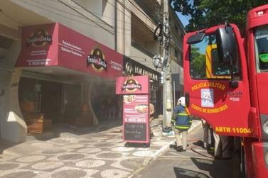 Botijão de gás pega fogo em restaurante e assusta clientes
