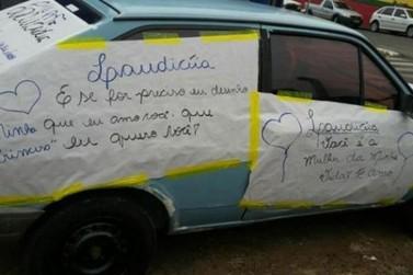 Homem desfila com carro decorado para reconquistar a amada