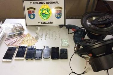 Polícia apreende dinheiro e drogas durante cumprimento de mandados