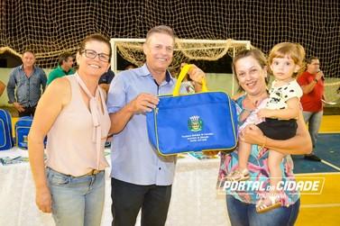 Prefeitura entrega kits de material escolar para alunos de Douradina