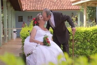 Casal se reencontra em lar para idosos após 48 anos e se casa