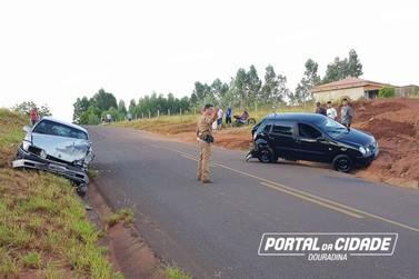 Colisão entre carros deixa 5 pessoas feridas próximo a Douradina