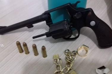 Adolescentes suspeitos de roubo são apreendidos com arma