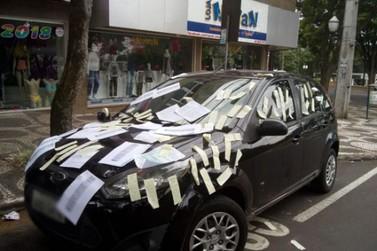 Após perder CNH, empresária protesta contra Zona Azul em Umuarama