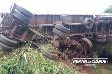 Caminhoneiro está vivo por milagre, após carreta ser esmagada em Douradina