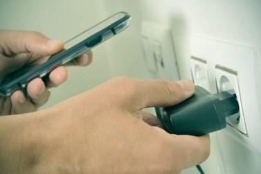 Carregador de celular pode causar choques e incêndios; veja como evitar