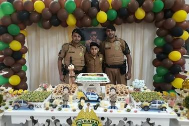 PMs do 7º BPM fazem a alegria de garoto em festa de aniversário em Cidade Gaúcha