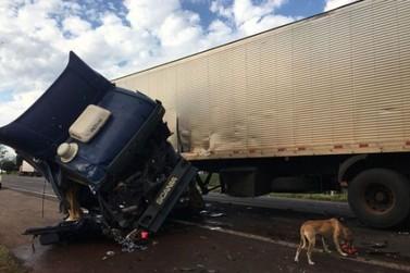 Acidente entre van e caminhão deixa motorista ferido na PR-323