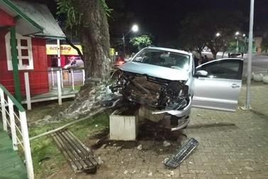 Em Cruzeiro do Oeste, Motorista perde controle do veículo e invade praça