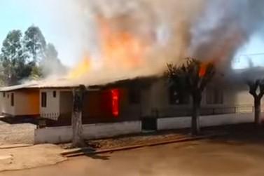 Explosão de celular provoca incêndio em três quitinetes