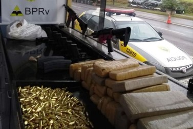 Homem é preso com fuzis, pistolas e muita munição em Cruzeiro do Oeste
