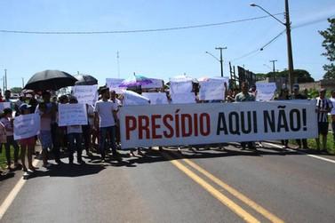 Moradores fazem manifestação contra presídio em bairro de Umuarama