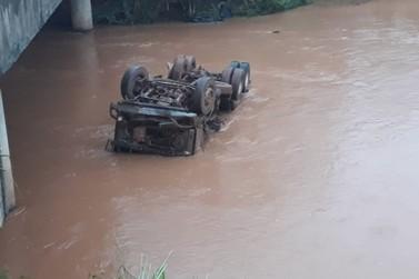 Caminhão cai em rio após acidente na PR-082, entre Ivaté e Icaraíma