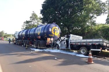 Colisão entre caminhonete e caminhão-tanque causa vazamento de etanol na PR-182