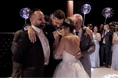 Noivo cadeirante fica em pé para dançar valsa de casamento e emociona
