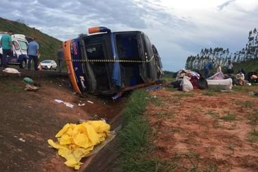 Ônibus de Umuarama com 50 passageiros tomba em São Paulo