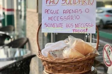 Padaria de Santa Catarina deixa cesta de pães fresquinhos para pessoas carentes