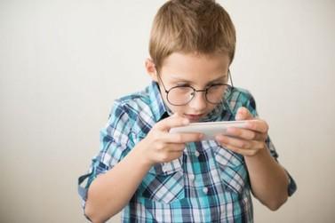 Uso excessivo de celulares e tablets aumenta casos de miopia em crianças