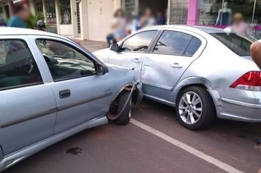 Veículos colidem no centro de Douradina