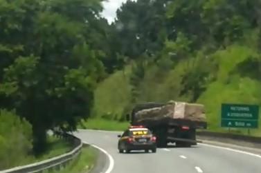 VÍDEO: Caminhoneiro é preso depois de fugir da polícia por 63 km na BR-116