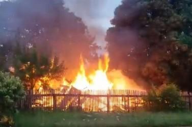 Voluntários pedem doações para família que perdeu tudo em incêndio