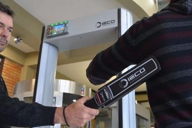 Deputados discutem instalar detectores de metais em escolas do Paraná