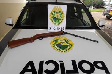 Homem com mandado de prisão é preso com espingarda em Santa Isabel