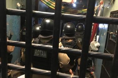 Presos tentam dificultar entrada da Rotam na cadeia de Umuarama e acabam feridos