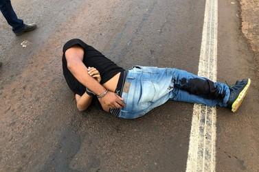 Suspeito desobedece ordem de parada e arrasta policial durante fuga na PR 323