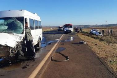 Grave acidente entre carro e van deixa ao menos sete feridos em Guaíra