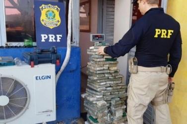 PRF apreende 83 kg de maconha em veículo de empresa fictícia em Alto Paraíso