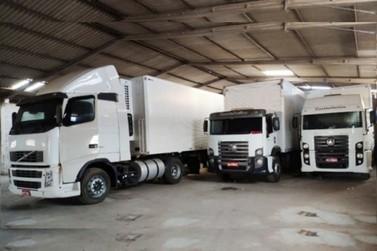 Polícia localiza caminhões e máquina furtada, dentro de barracão em Douradina