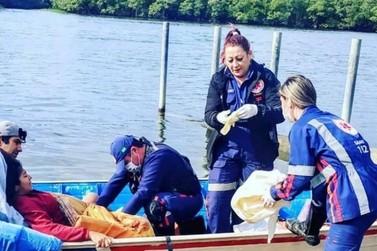 Socorristas do Samu fazem parto de emergência dentro de barco, em Paranaguá