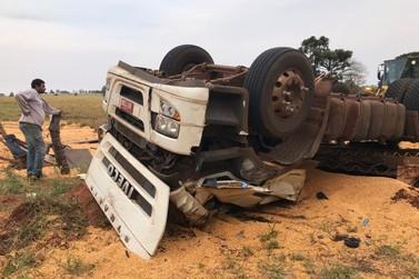 Caminhoneiro morre após veículo tombar entre Xambrê e Alto Paraíso