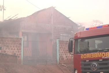 Mulher tem casa destruída por incêndio em Xambrê