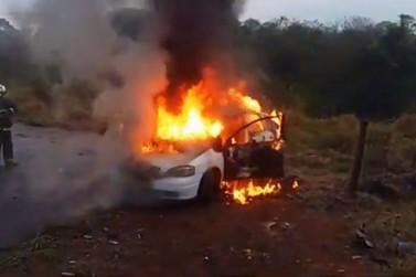 Veículo é furtado e abandonado em chamas em Cruzeiro do Oeste