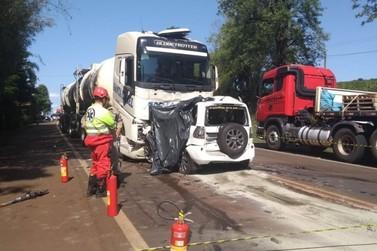 Mulher morre após batida entre carro e caminhão na PR-323